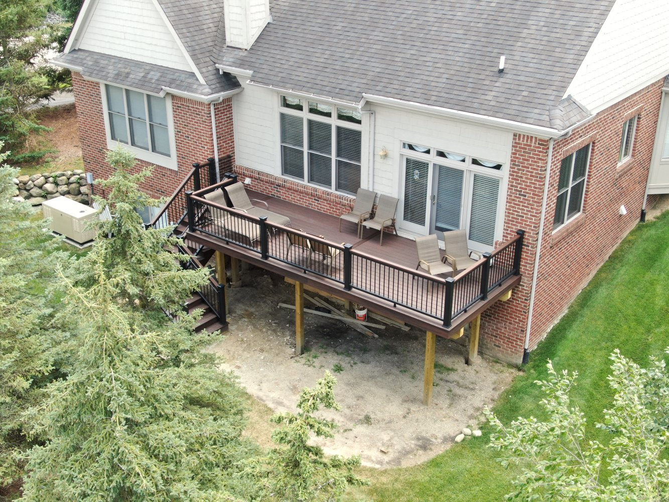 Trex-Transcend-cocktail-railing-with-black-balusters-and-Spiced-rum-decking