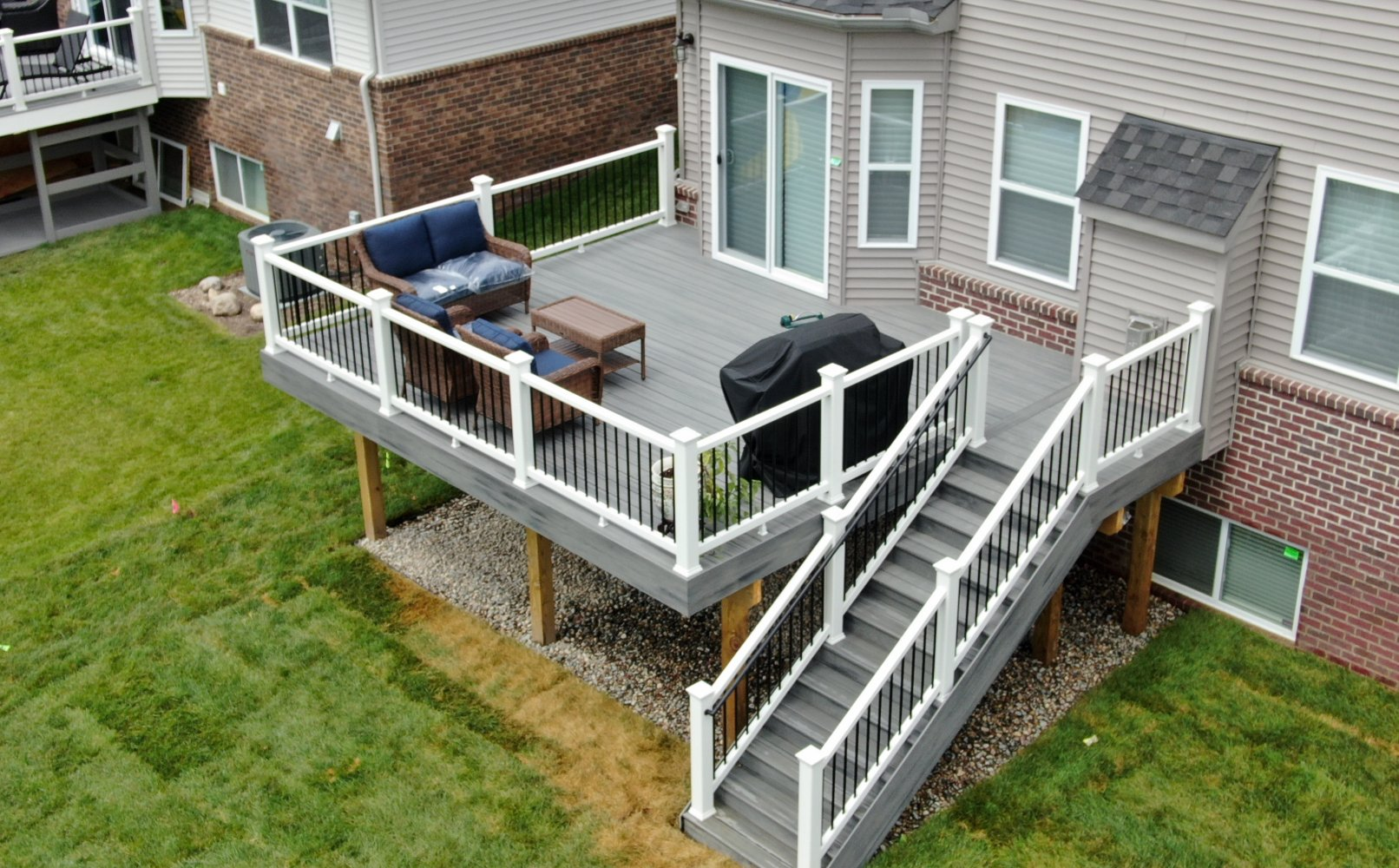 White-vinyl-rail-black-balusters-Trex-Enhance-Rocky-Harbor
